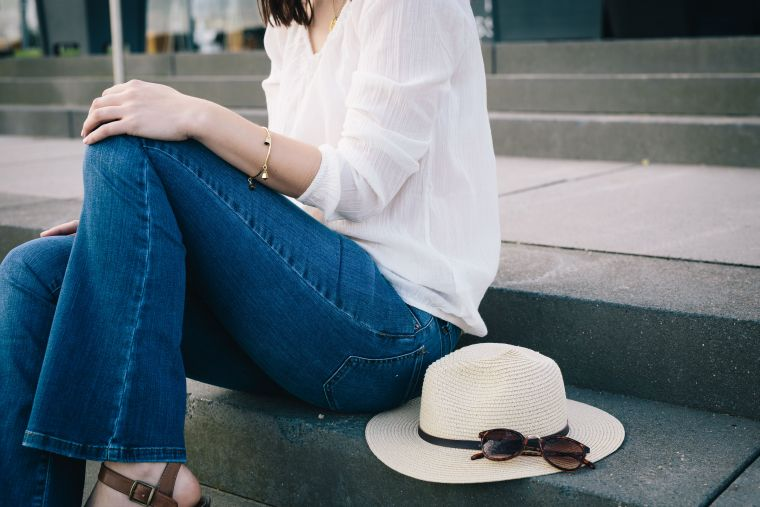 Sommer Festival Look mit Flared Jeans und Boho Bluse