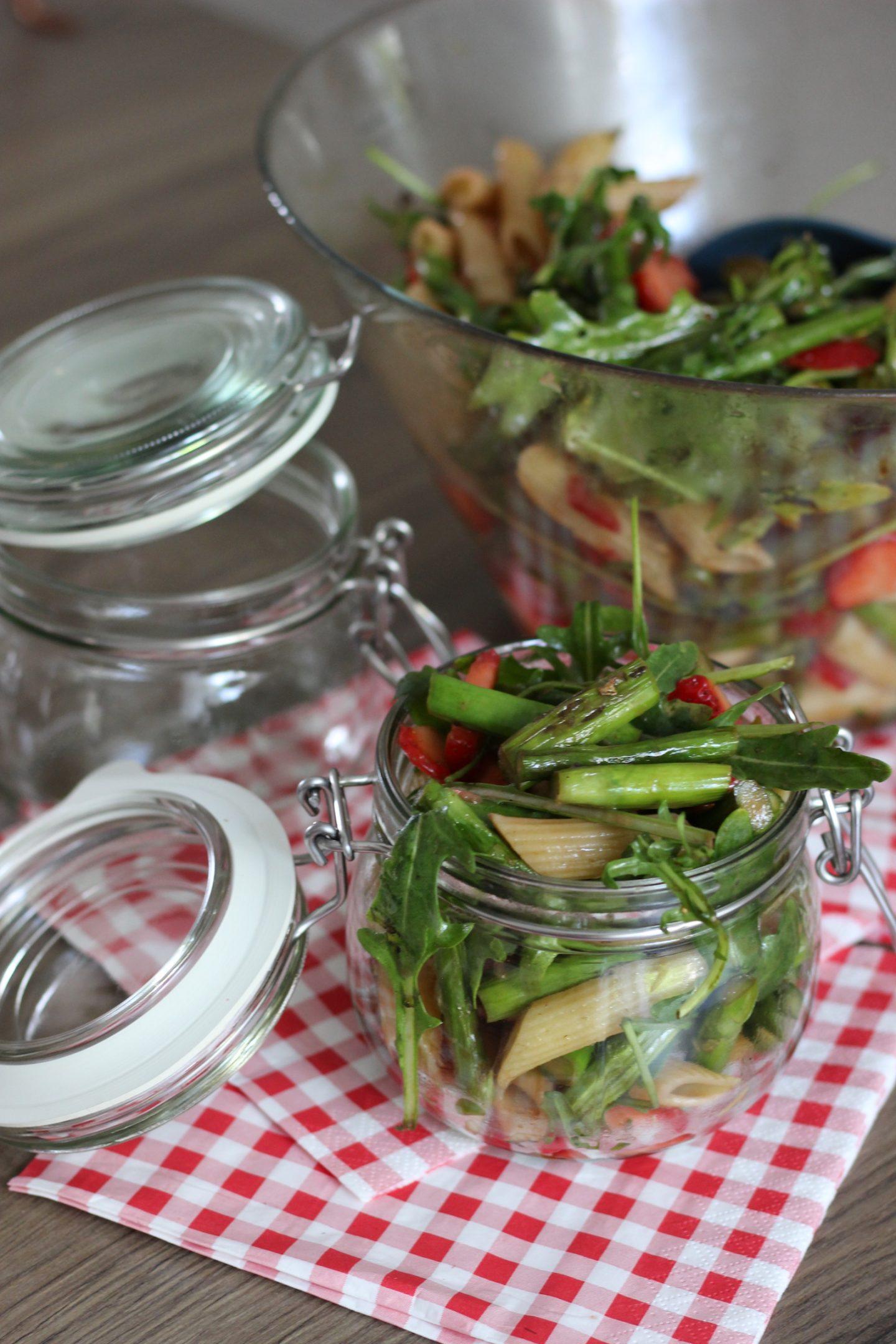 Frischer Spargel-Erdbeer-Nudelsalat im Glas & REWE Sommer-Picknick Verlosung