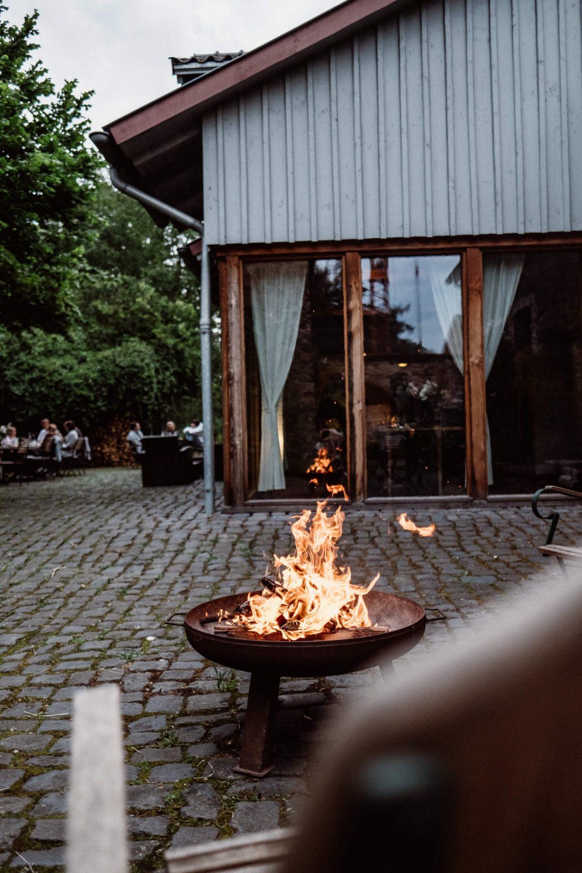 Lagerfeuer beim Yoga Retreat im Kloster Schweinheim.