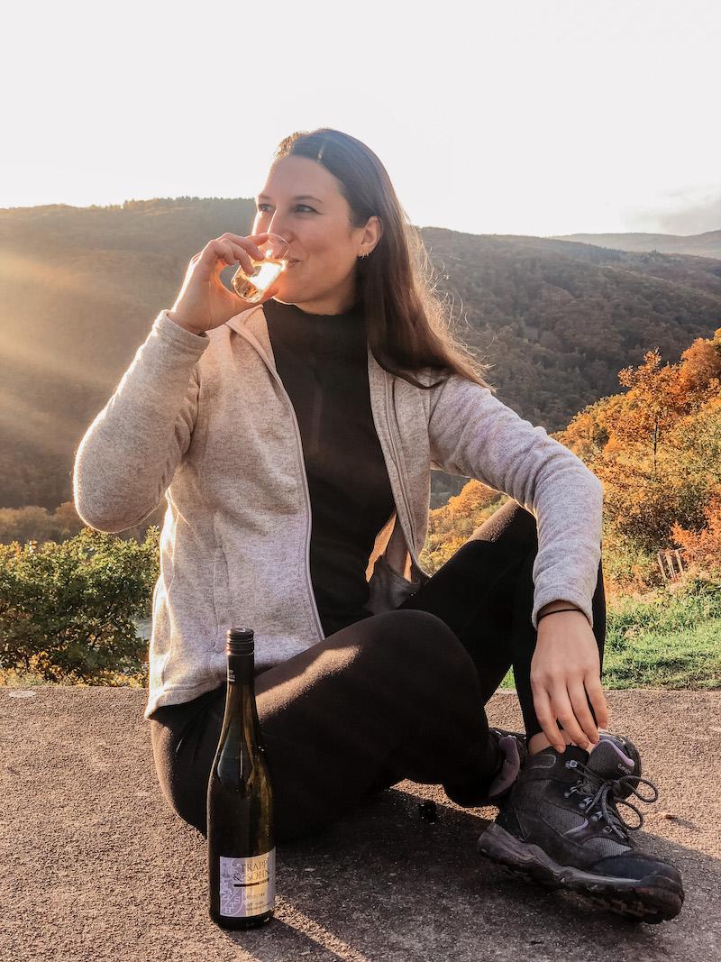 Frau-trinkt-Wein-am-Rheinsteig-im-Sonnenuntergang