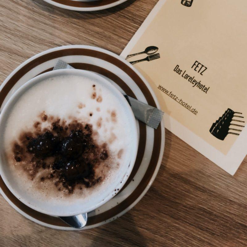 Cappuccino-von-oben-im-Hotel-Fetz