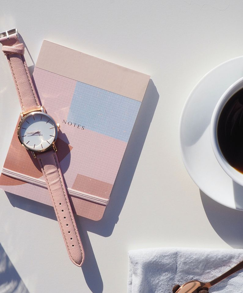 Armbanduhr-Notizbuch-und-Kaffee