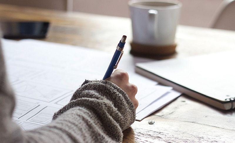 Eine-Frau-sitzt-am-Schreibtisch-und-lernt