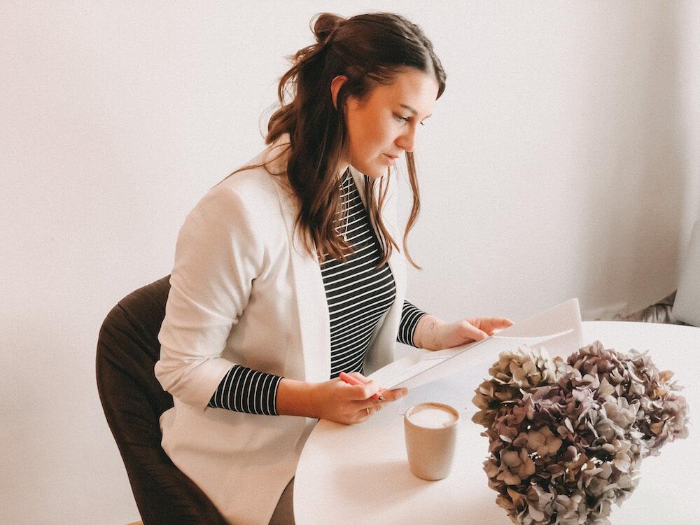Frau-sitzt-am-Schreibtisch-und-schaut-sich-Vorsorgevollmacht-an